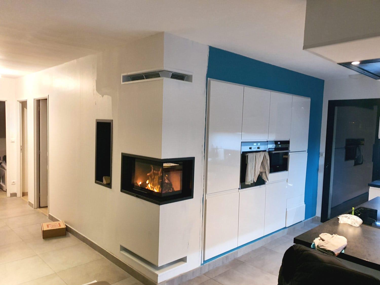 Insert à bois d'angle dans une cuisine à Mont Saint Aignan